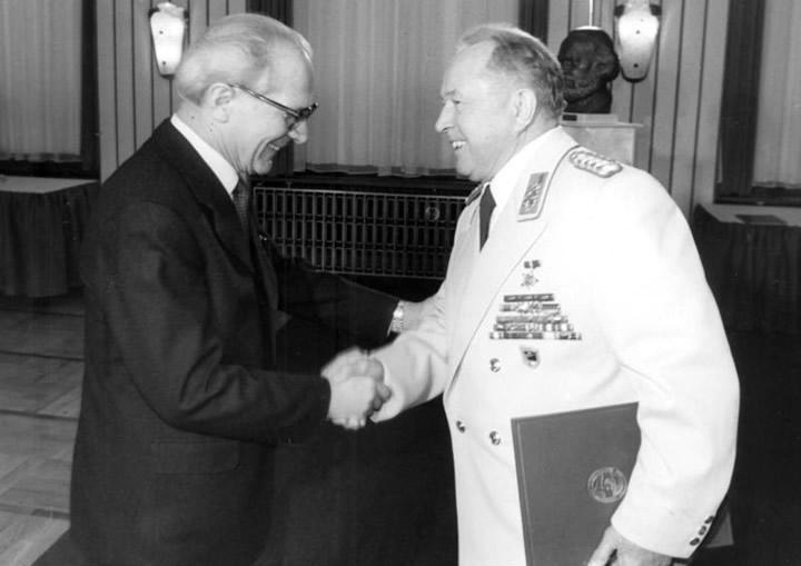Erich Honecker feliciteert Erich Mielke met het 30-jarige jubileum van het Ministerie voor Staatsveiligheid.